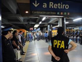 Los metrodelegados en el subte vigilados por la policía