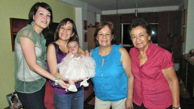 Evelyn Matos, junto a su hija mayor y su nieta