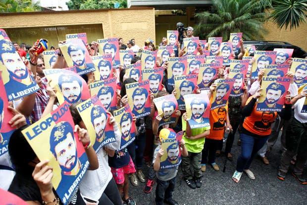 Simpatizantes de López, ayer, frente a su casa en Caracas