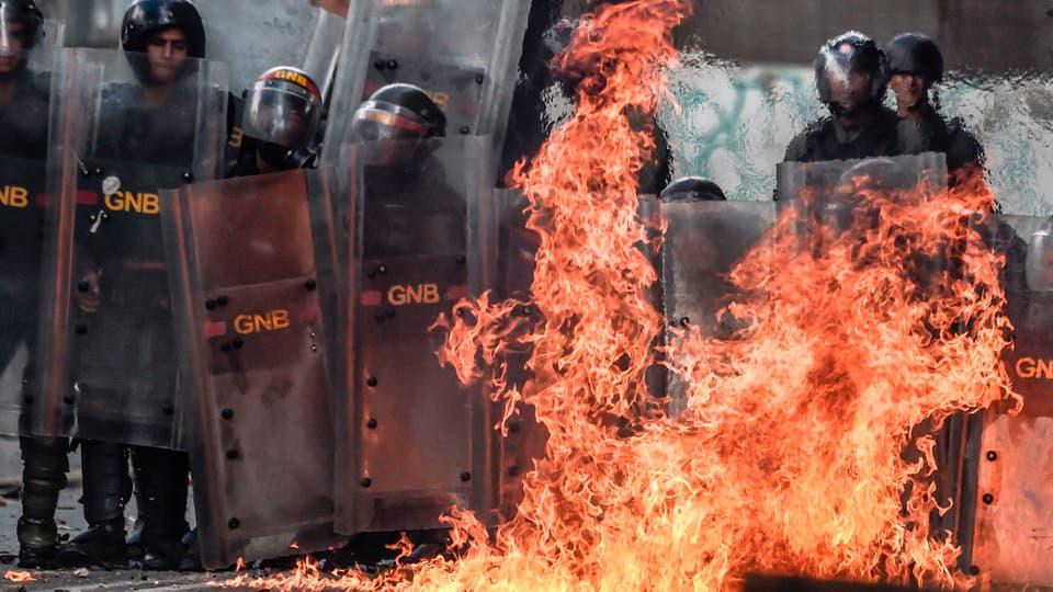 Enfrentamientos entre manifestantes y la Guardia Nacional durante el paro de 48 horas convocado por la oposición. Foto: AFP / Juan Barreto