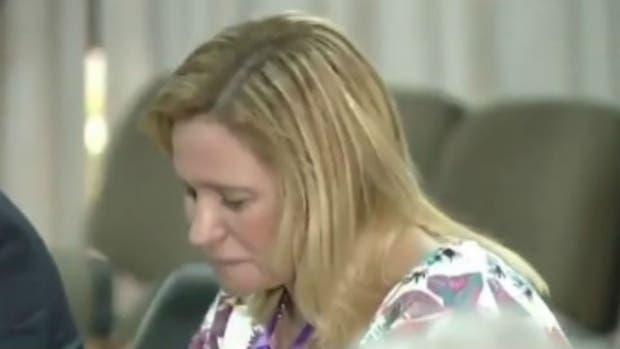 La madre de Candela llorando durante la sentencia