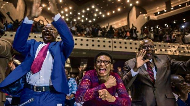 Mugabe renuncia tras decisión del Parlamento sobre su destitución — Zimbabue
