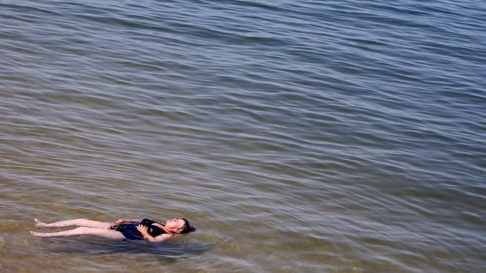 Una mujer se baña en el mar de Bassin d'Arcachon en Arcachon, cuando temperaturas inusualmente altas golpearon Francia. Foto: Reuters