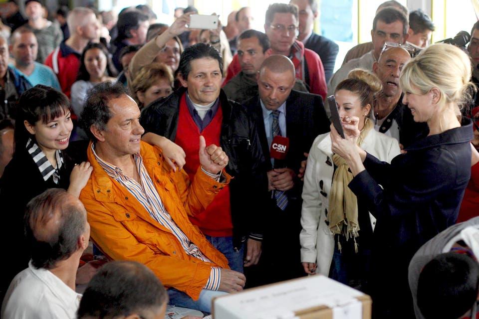Daniel Scioli posa para una foto que le toma su mujer. Foto: Reuters