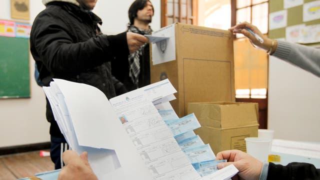 El procedimiento de votación no cambia respecto del habitual, sólo se agrega el paso del ingreso de las huellas digitales