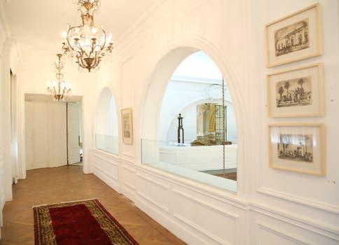 La galería ubicada sobre el Salón San Martín exhibe pinturas, litografías y dibujos sobre temáticas de la ciudad..