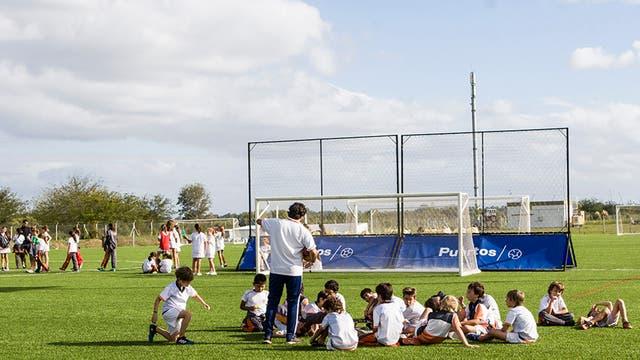 El colegio Northfield mudó su sede a Puertos y los alumnos practican deporte en las intalaciones del barrio.