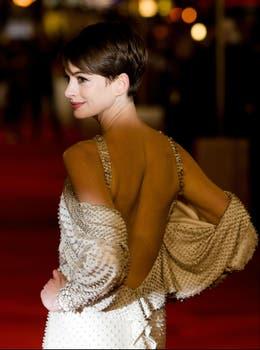 Anne Hathaway, muy sensual en la alfombra roja de la premiere de su último film, Les Miserables. Foto: AFP