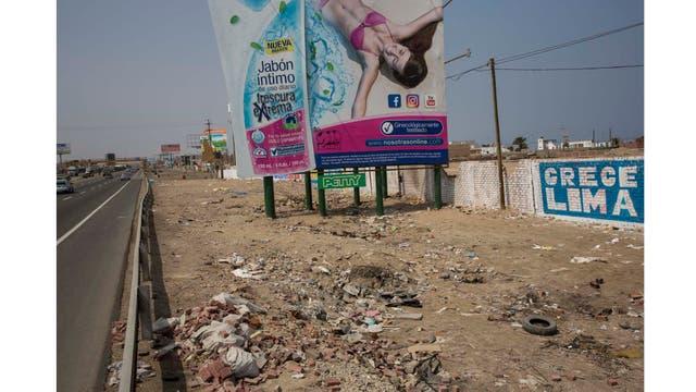 Anuncio de jabón sobre basura acumulada en la vera de la Carretera al sur de Lima