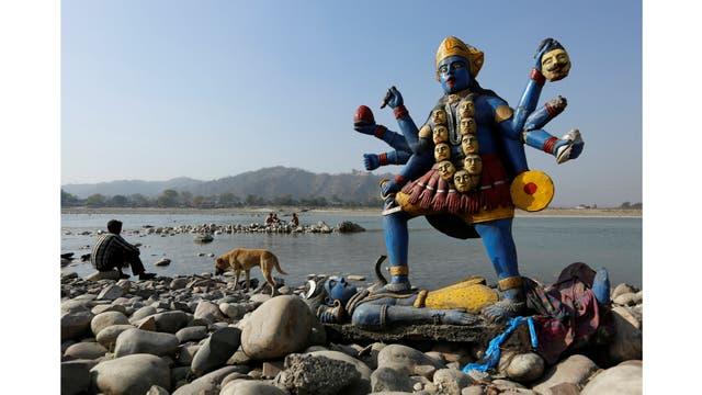 La imagen de la diosa hindú Kali a orillas del río en Haridwar