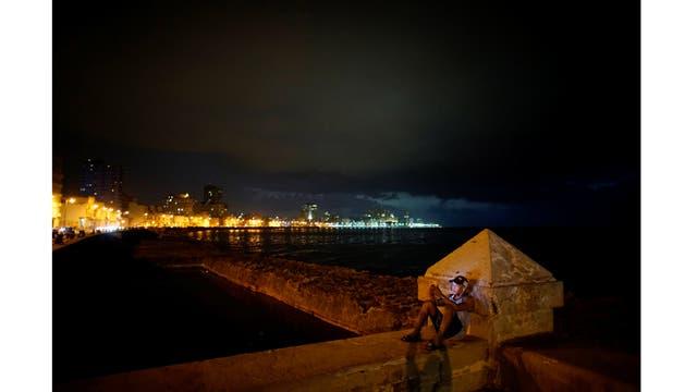 Conectándose en el malecón de La Habana