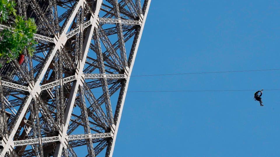 Una tirolesa a 110 metros de altura fue colocada en la Torre Eiffel,en su segundo piso, tiene un recorrido de 800 metros y forma parte de un evento gratuito que durará haste el 11 de junio. Foto: AFP / Francois Guillot