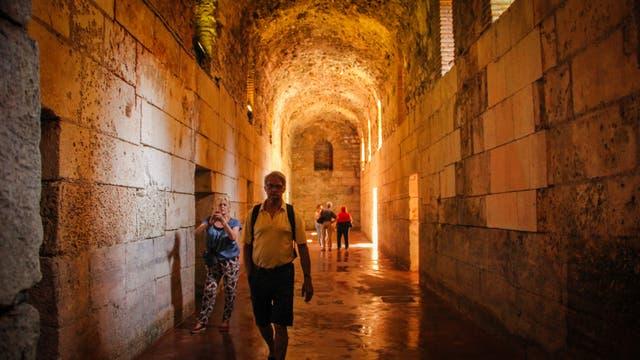 El palacio del Emperador Dioclesiano es una de las atracciones de Split. Tiene una superficie de 40.000 metros cuadrados y fue construido en el siglo III. En esa fortaleza vivió el emperador hasta su muerte. En sus pasillos y salones se filmaron varias escenas de la serie Game of Thrones