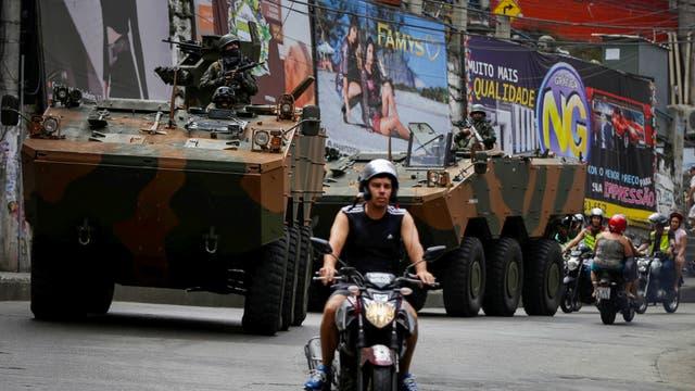 Un vehículo militar durante una operación después de violentos enfrentamientos entre bandas de drogas en la Rocinha, en Río de Janeiro