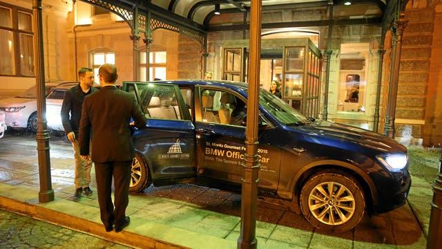 Camionetas BMW están a cargo de buscar a los invitados para llevarlos a las actividades