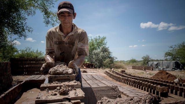 Santiago Caceres es ladrillero y en las horas de mas calor produce a mano hasta 10000 ladrillos a la semana. Foto: LA NACION / Santiago Filipuzzi