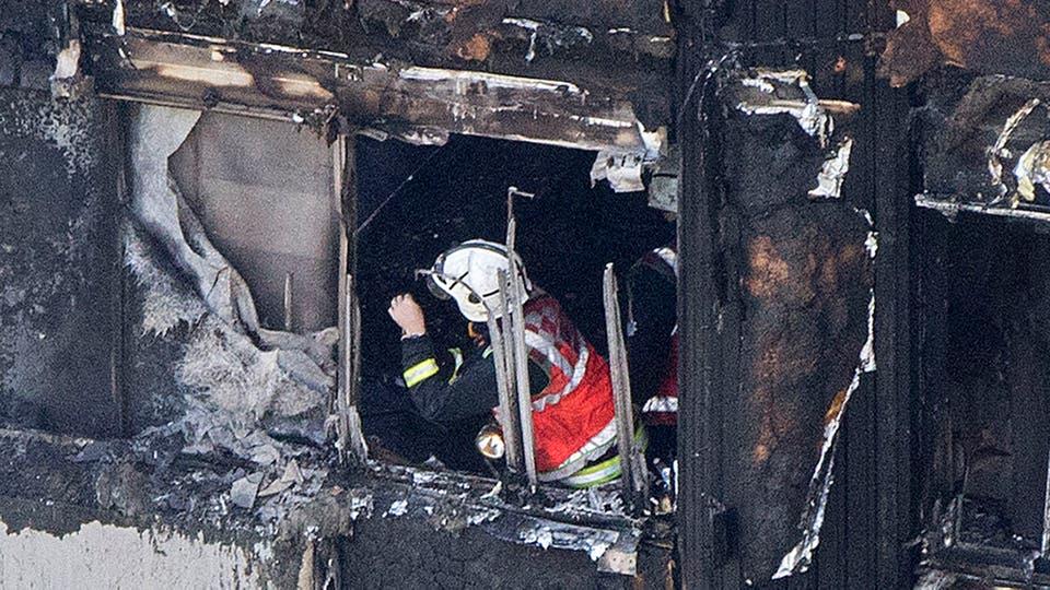 Los bomberos trabajan en el edificio en busca de personas. Foto: AP