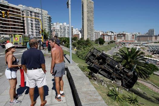 Cayó un camión en el Torreón de Monje en Mar del Plata. Foto: LA NACION / Mauro V. Rizzi