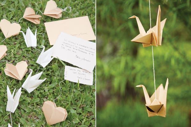 Colgados de los árboles, pájaros de origami se suman a la celebración con naturalidad.