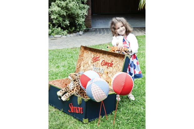 Baúl decorado que sirvió como contenedor de regalos y envoltorios coloridos..