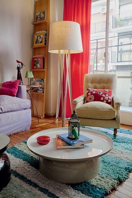 Sobre la alfombra de Graciela Churba descansa la mesa 'Pluvial', un diseño de Federico Churba presentado en la Feria de Milán. La gran lámpara de pie de madera y arpillera, también es de Churba.  Foto:Living /Daniel Karp