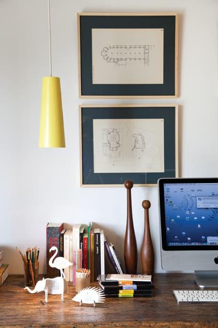 Objetos de madera (Muji) y una lámpara colgante (Ikea) a tono con el techo. Un dúo de sillas 'Bertoia' pintadas de blanco (Manifesto) completa el conjunto..  Foto:Living /Magalí Saberian