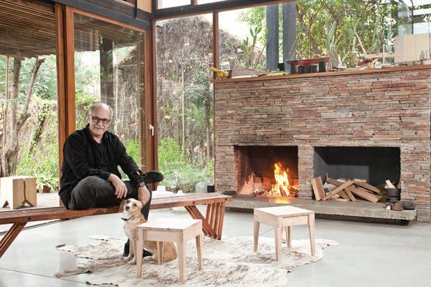 Junto con su perra Lailai sobre el 'Banco V' de pino tea, que vende desde hace años en los Estados Unidos vía Design Within Reach. Dos banquitos 'Rea', hechos en madera. En la galería, un taco de álamo, un clásico de su firma..
