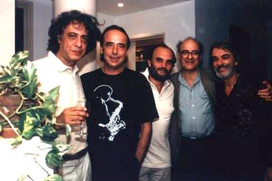 Caloi en su casa, con Serrat, Fontanarrosa, Quino y Rodolfo Mederos.. Foto: www.caloi.com.ar