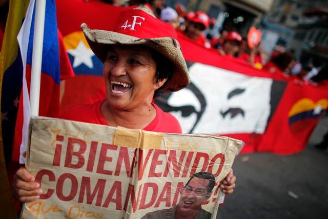 Una seguidora del presidente Hugo Chávez se manifestaba hoy por las calles de Caracas