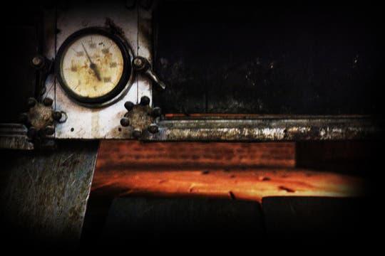 La puerta entreabierta y los ladrillos del horno donde incineraron los cuerpos. Foto: lanacion.com / Martina Matzkin