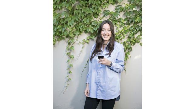 María Fernanda Fabris (Izq.), a punto de terminar un curso de cinco meses, está concentrada en el relanzamiento de su vinoteca online