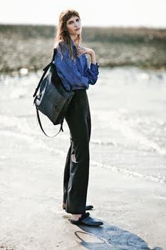 Camisa ($ 2496, Giesso), pantalón ($ 1990, Cacharel), suecos con piel ($4900, Sofía Sarkany), cartera y mochila de cuero ($ 2990, Prüne) . Foto: Ana Fanelli