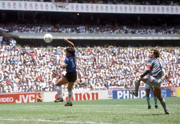 Maradona y su legendario gol con la mano de Dios