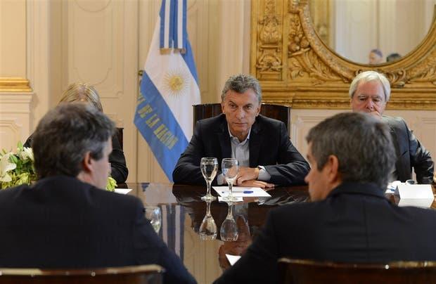 Visiblemente preocupado, Macri escucha a Prat-Gay y Marcos Peña