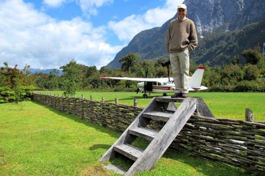 Douglas Tompkins en una de sus estancias; detrás el avión que usa para recorrerlas. Foto: Fundación Tompkins
