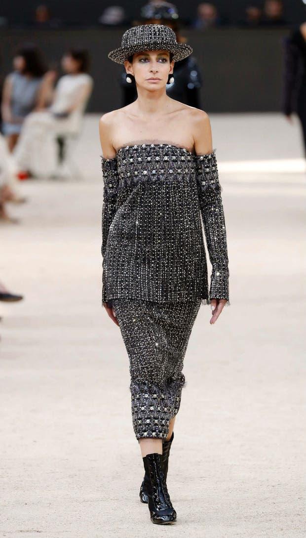 Un diseño strapless de Chanel, en tweed de lana y bordados aplicados en el escote