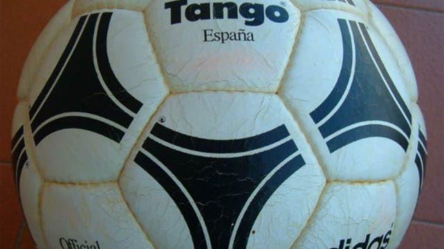1982, España: Tango España se llamó una pelota que comenzó a ser impermeable. Foto: Archivo