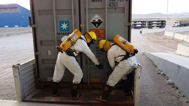 Especialistas de la Gendarmería revisaron el cargamento detectado en Mendoza