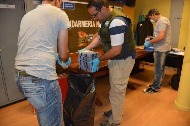 Luego de etiquetar toda la droga se las colocó en bolsas de consorcio y se la reemplazó por harina en las valijas