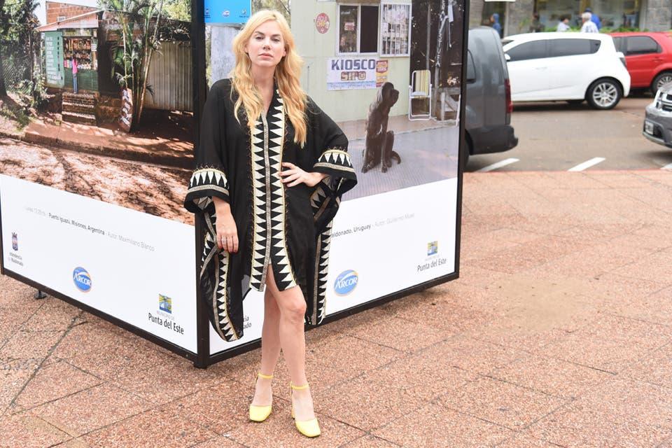 Esmeralda Mitre se anticipó a las próximas tendencias con esta capa en blanco y negro que le quedaba espectacular. Foto: OHLALÁ! /Gentileza Prensa