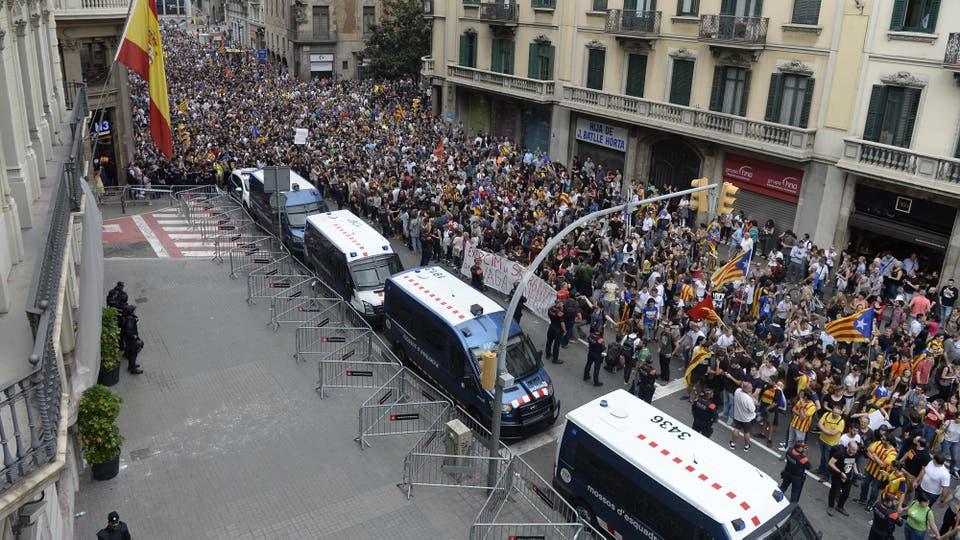 Las escenas más alarmantes se viven en la Vía Laietana de Barcelona, donde tiene su sede la Jefatura de la Policía Nacional, uno de los cuerpos que actuó en el desalojo a palos de colegios electorales. Foto: AFP / Josep Lago