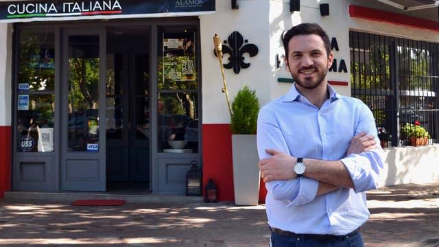 Alberto Giordano frente a su restaurante Ike Milano