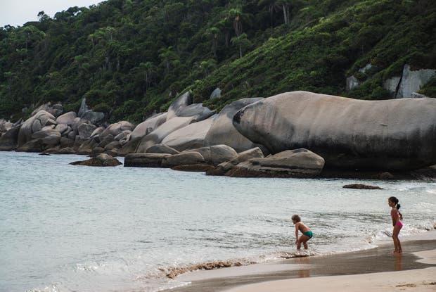 Tainha, una playa entre rocas, muy cerca de Bombinhas. Soledad Gil