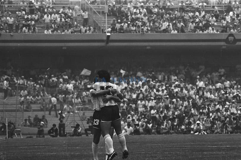 Maradona se abraza con Garré después de un gol contra Corea del Sur. Foto: Antonio Montano