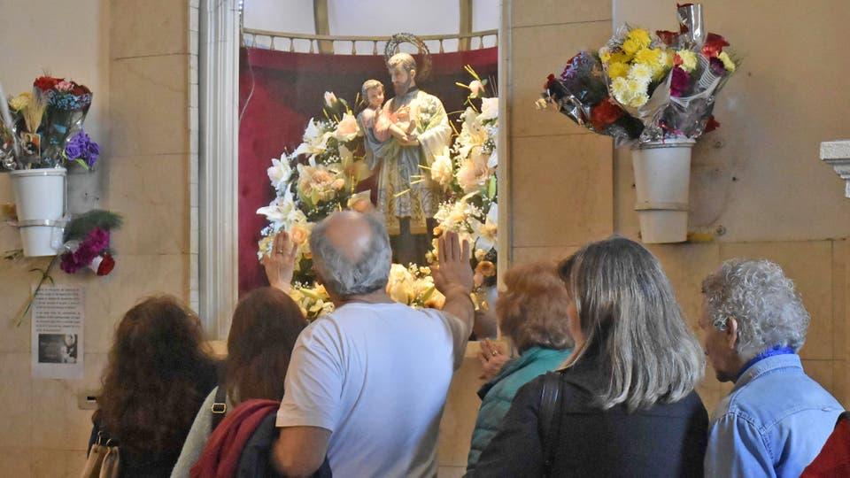 Los fieles ingresan a la Iglesia para pedir y agradecer al santo patrono del los trabajadores. Foto: DyN