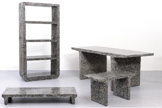 The One Day Paper Waste, por Jens Praet: confeccionados a partir del desperdicio de papeles de oficina, mezclados con resina y comprimidos en moldes para dar forma a los distintos tipos de muebles que hay en la colección.