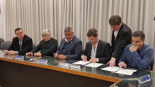 La firma del contrato en la Sala de Comité Ejecutivo de AFA
