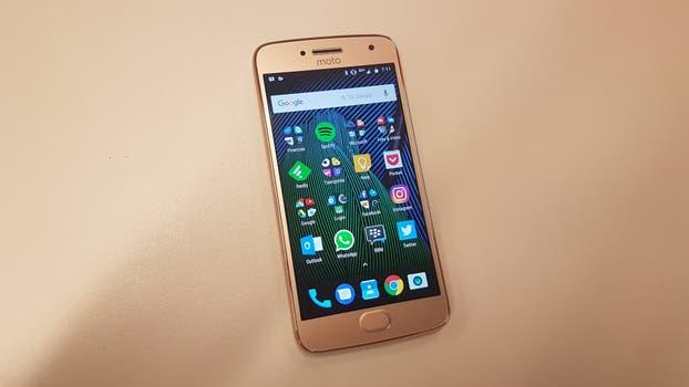 El Moto G5 Plus, una de las dos versiones disponibles de Lenovo dentro de la quinta generación de smartphone bajo la marca Motorola. Foto: Guillermo Tomoyose