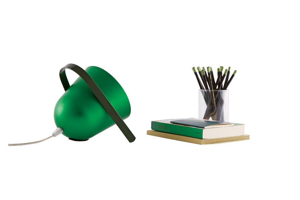La versátil 'Elmetta', con manija de acero curvado, conquistó este año en su versión de mesa. Creación de Tommaso Caldera, forma parte del siempre inspirador hervidero de joven diseño italiano que es incipitlab.com .