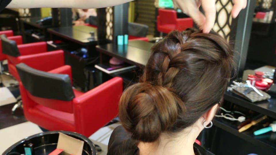 El pelo recogido es de gran ayuda en verano, un paso a paso para este peinado